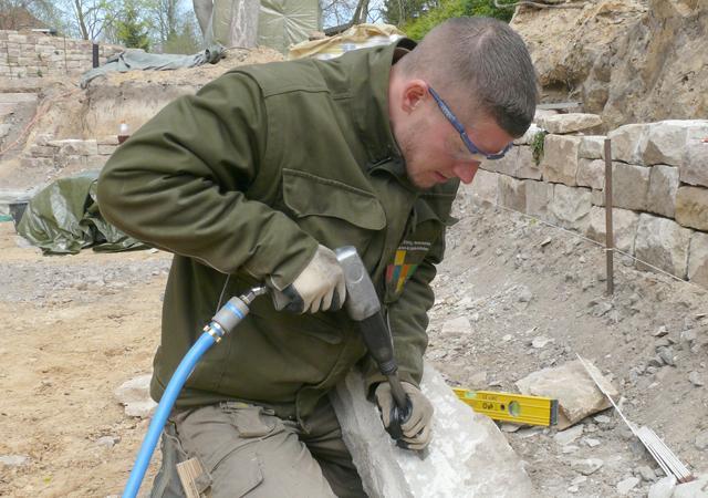 Alex Bochat, Spezialist für Natursteinmauern.