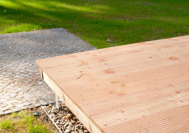 """""""Schwebende"""" Decks bringen Leichtigkeit in die Gartengestaltung."""