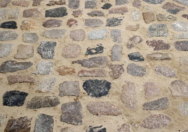 Traditionelles Hofpflaster aus Granit-Feldsteinen.