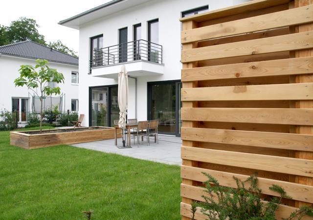 Hochbeet und Sichtschutz aus Holz.