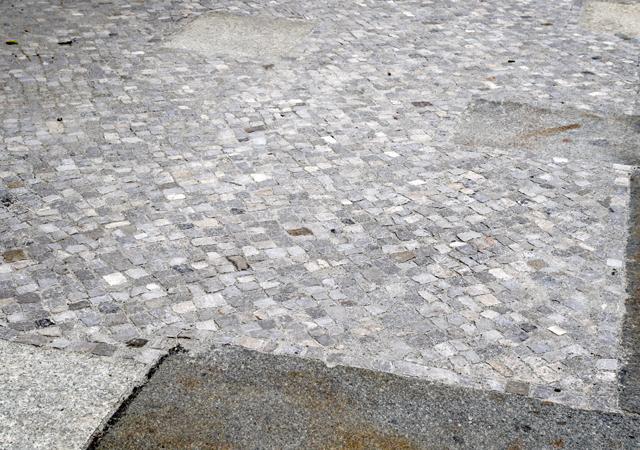 Mosaikpflaster im Zusammenspiel mit Charlottenburger Gehwegplatten.