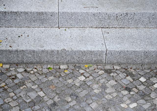 Granitblockstufen und Bernburger Naturteinpflaster.