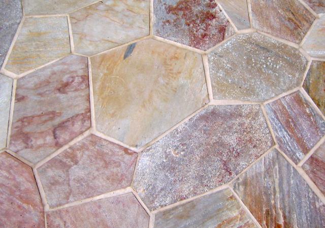 Polygonalplatten auf der Terrasse.