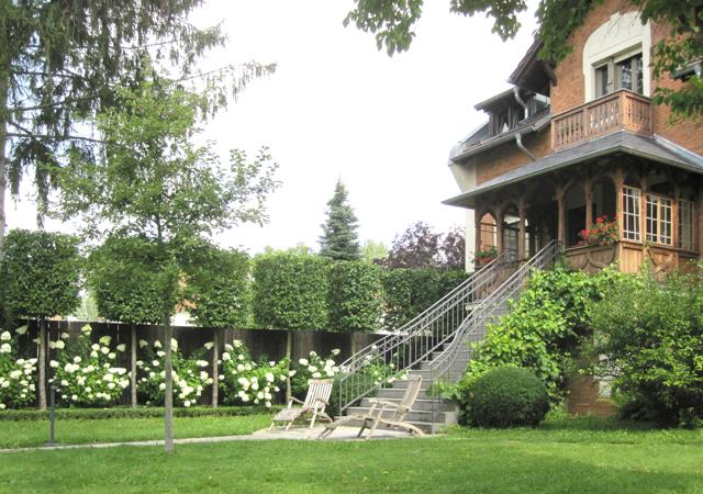 Wilhelminische Ziegelarchitektur:  Das Haus ist der Mittelpunkt des Gartens.