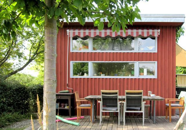 Moderne Laube in schwedenrot