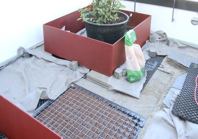 Bau eines Dachgartens: 3. Die Pflanzbehälter werden aufgebaut.