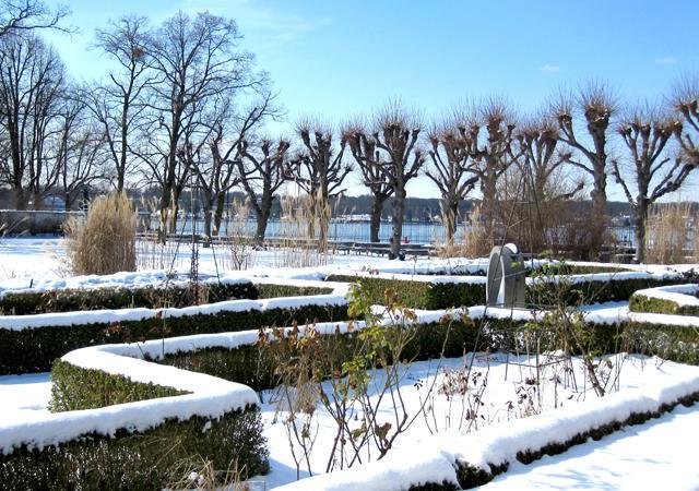 Der Einfassungsbuchs der Staudenbeete strukturiert den Garten auch im Winter.