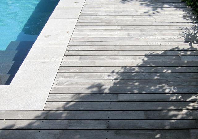 Holzdeck am Pool