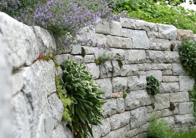 Perfekte Verarbeitung: Natursteinmauer.