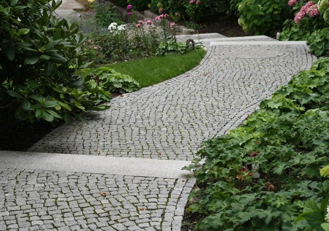 Weg aus Granit-Mosaikpflaster.