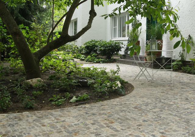 Bernburger Mosaikpflaster im Hof.
