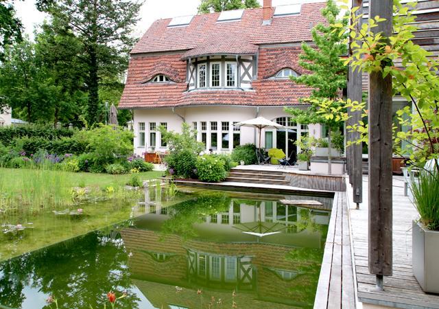 Das Haus und der Schwimmteich bilden den Mittelpunkt des Gartens.